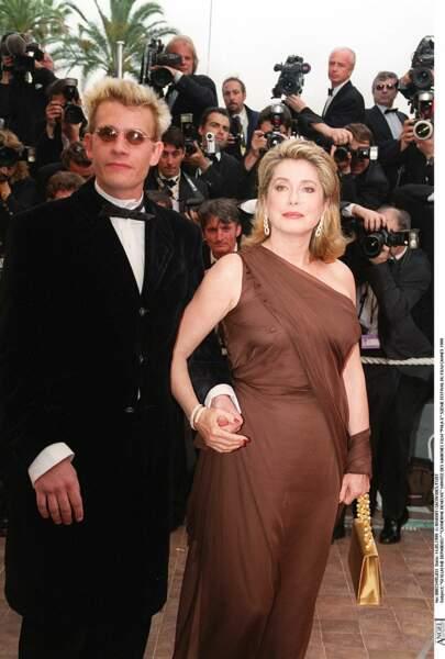 Catherine Deneuve en robe asymétrique marron Yves Saint Laurent, au Festival de Cannes, en 1999.