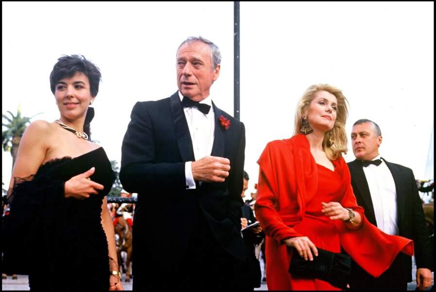 Catherine Deneuve impératrice rouge en Yves Saint Laurent, au Festival de Cannes, en 1987.