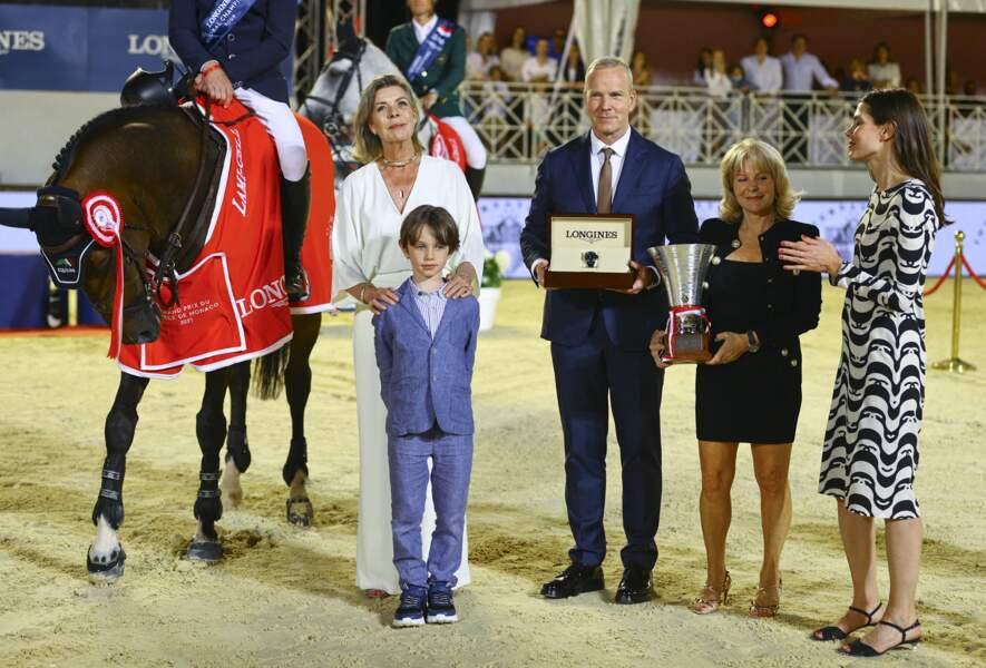 Caroline de Monaco, Charlotte Casiraghi et Raphaël posent fièrement aux côtés du vainqueur.