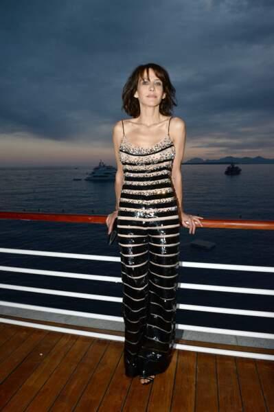 Sophie Marceau très sensuelle dans sa combinaison chair Armani Privé brodée de cristaux Swarovski, au Festival de Cannes, en 2014.
