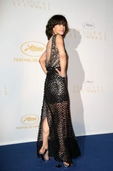 Sophie Marceau dans sa robe Chanel décolletée dans le dos et jouant sur plusieurs longueurs, au Festival de Cannes, en 2015.