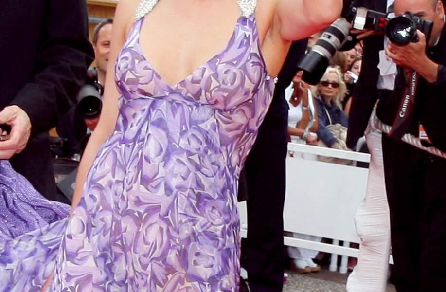 Sophie Marceau dans une robe vaporeuse mauve aux bretelles strassées, avec son compagnon Jim Lemley, au Festival de Cannes, en 2006.