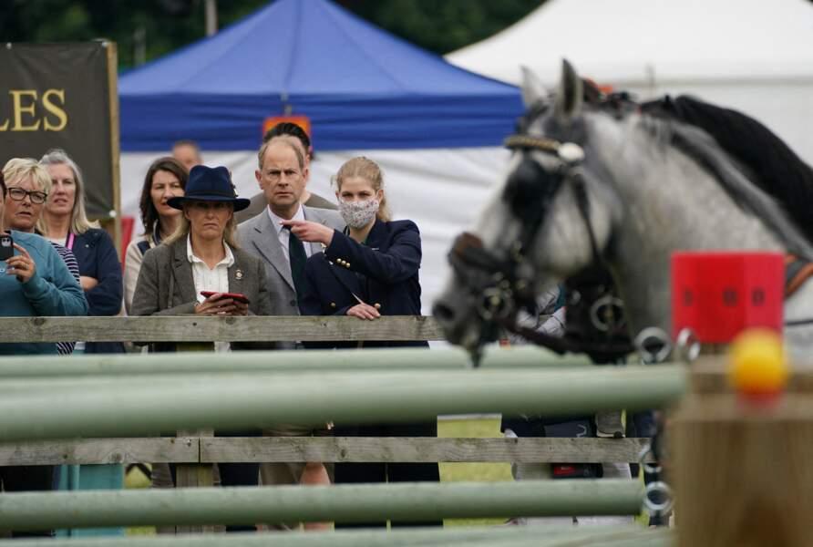 Passionné de chevaux comme son grand-père, le prince Philip, Lady Louise s'est rendue au Royal Windsor Horse Show ce samedi 3 juillet.