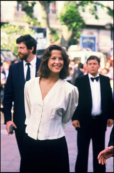 Sophie Marceau très juvénile dans un chemisier cintré blanc et une jupe noire, au côté de son compagnon et pygmalion Andrzej Zulawski, au Festival de Cannes, en 1985.