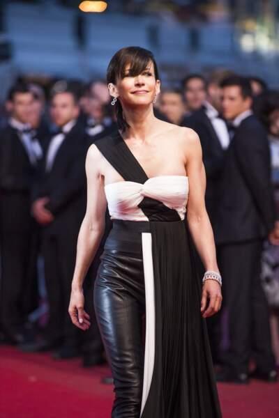 Sophie Marceau audacieuse dans une robe Vionnet drapée au dessus d'un pantalon de cuir, au Festival de Cannes, en 2015.