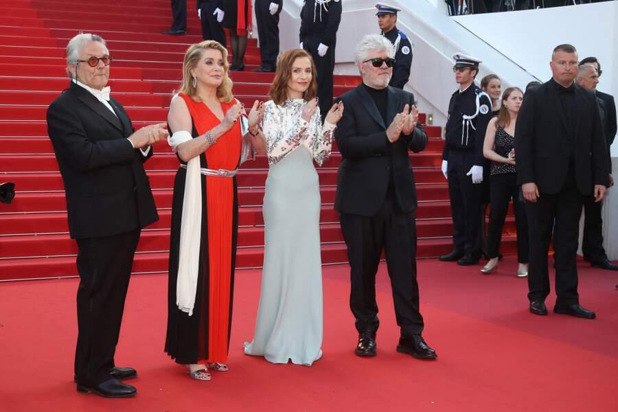 Catherine Deneuve dans une robe drapée noire, rouge et blanche et ceinturée d'agent, au Festival de Cannes, en 2017.