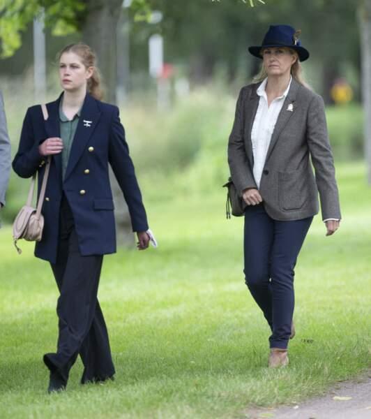 Au Royal Windsor Horse Show, ce samedi 3 juillet, Lady Louise est apparue aux côtés de sa mère, Sophie dans un look raffiné.