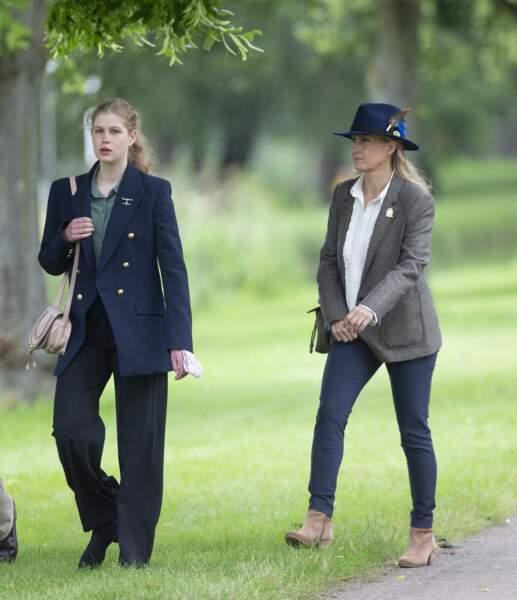 Lady Louise a misé sur un costume avec un chemisier pour son apparition au Royal Windsor Horse Show ce samedi 3 juillet.