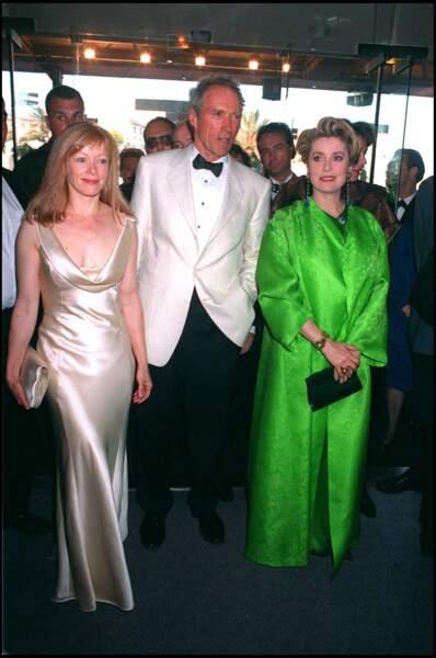 Catherine Deneuve en manteau et robe vert acidulé Yves Saint Laurent, au Festival de Cannes, en 1994.