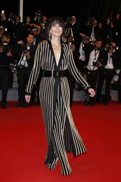 Sophie Marceau dans un ensemble veste longue-pantalon à rayures griffé Balmain, au Festival de Cannes, en 2015.