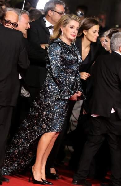 Catherine Deneuve dans une robe de soie courte avec traine Louis Vuitton, au Festival de Cannes, en 2014.
