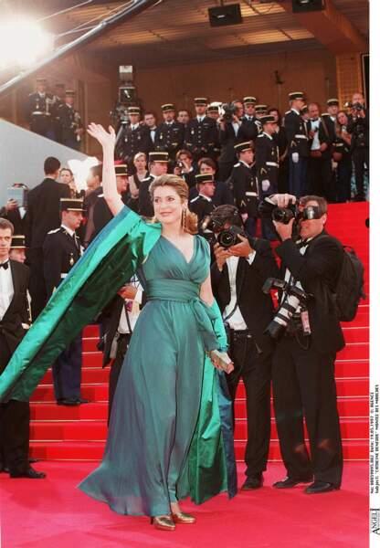 Catherine Deneuve en robe mousseline de soie changeante bleu canard signée Yves Saint Laurent, au Festival de Cannes, en 1997.