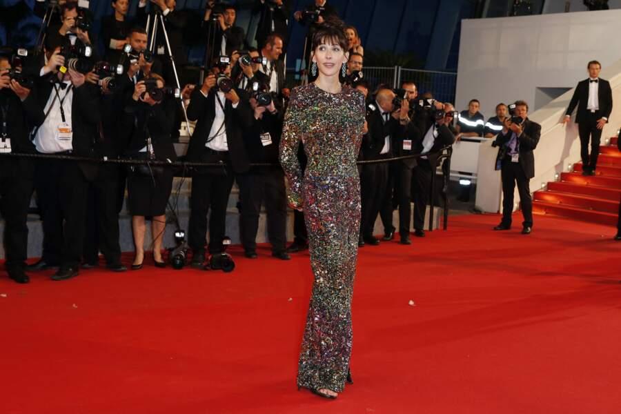 Sophie Marceau côté face dans un robe fendue à sequins et manches longues de la maison Saint Laurent, au festival de Cannes, en 2015.