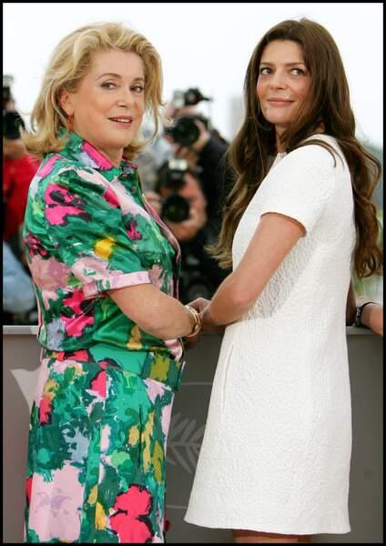 Catherine  Deneuve dans une robe à imprimé floral, au côté de sa fille Chiara Mastroianni, au Festival de Cannes, en 2008.