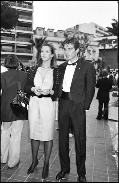 Sophie Marceau dans une robe au dessus du genou et un cardigan crocheté, au côté de Pierre Cosso, pour son premier Festival de Cannes, en 1983.