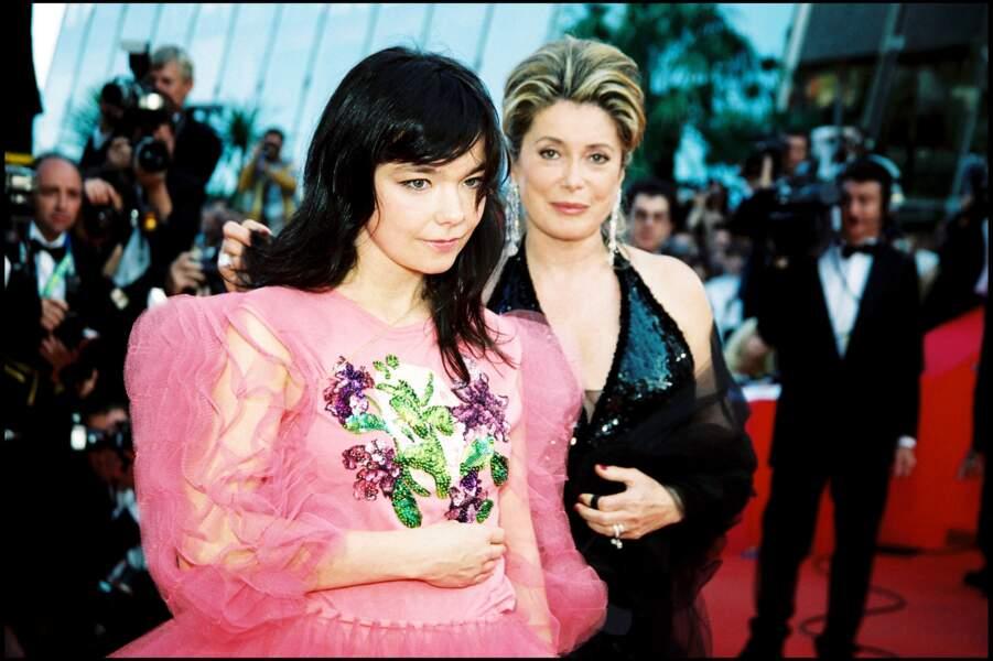 Catherine Deneuve en fourreau pailleté noir Yves Saint Laurent, au côté de Björk, au Festival de Cannes, en 2000.