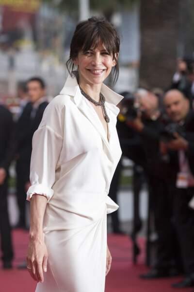 Sophie Marceau très chic dans une robe portefeuille en soie blanche griffée Alexandre Vauthier, au Festival de Cannes, en 2015.