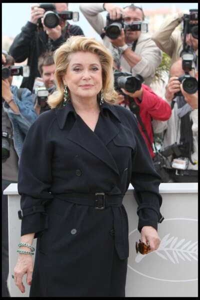 Catherine Deneuve élégante dans un simple trench noir, au Festival de Cannes, en 2010.
