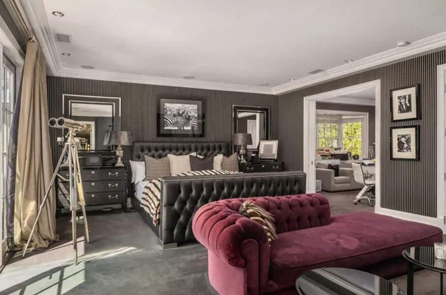 La villa de Laeticia et Johnny Hallyday à Pacific Palisades vendue en février 2021 pour 13 millions d'euros à Los Angeles : avec ses 1000m2, elle compte sept chambres, huit salles de bains, de plusieurs salons, d'une bibliothèque, une cave à vin, une salle de cinéma avec 18 sièges, un sauna et même d'un studio d'enregistrement.