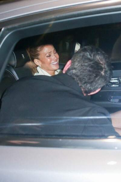 """Eclats de rire entre Jennifer Lopez et son compagnon Ben Affleck à la sortie du restaurant """"Avra"""" à Beverly Hills, le 25 juin 2021."""