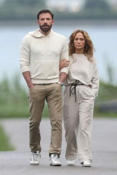 Jennifer Lopez et Ben Affleck se promènent en amoureux, dans les Hamptons à New York, lors du week-end de la fête nationale américaine, le dimanche 4 juillet 2021
