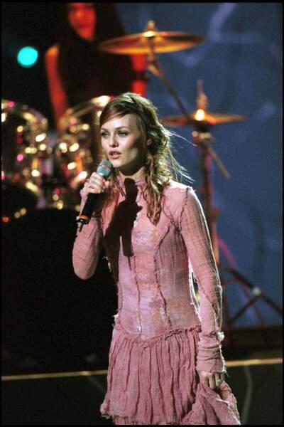 Vanessa Paradis en 2001 : l'égérie Chanel interprète ses plus célèbres tubes dans une robe rose bohème à volants