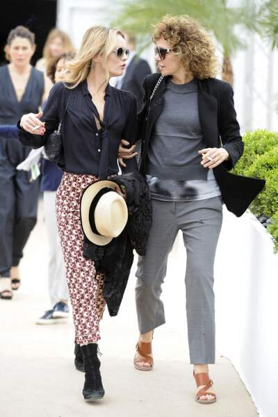 Vanessa Paradis en 2016 : aux côtés de Valeria Golino opte pour un look casual en bottines, chemisier sobre et pantalon coloré à imprimés