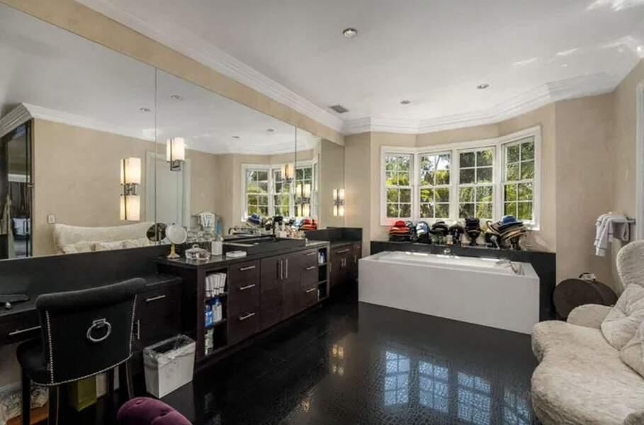 La villa de Laeticia et Johnny Hallyday à Pacific Palisades de 1000m2 : elle compte sept chambres, huit salles de bains, de plusieurs salons, d'une bibliothèque, une cave à vin, une salle de cinéma avec 18 sièges, un sauna et même d'un studio d'enregistrement.