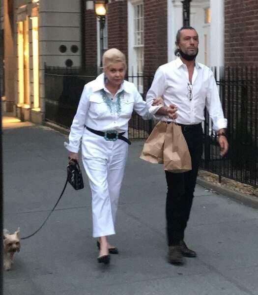 Ivana Trump promène son chien avec son playboy italien Rossano Rubicondi, dans les rues de New York, le 4 juillet 2021.