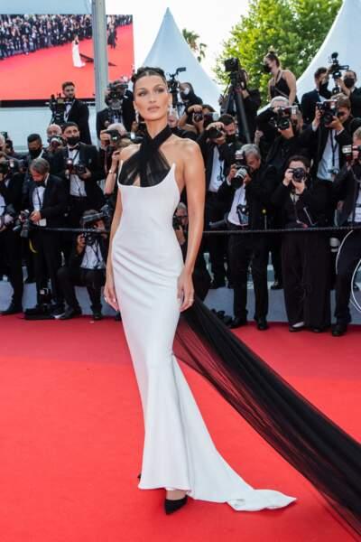 """Bella Hadid toujours aussi féminine et glamour dans un look signé Jean-Paul Gaultier pour la montée des marches du film """"Annette"""" lors de la cérémonie d'ouverture du 74ème Festival International du Film de Cannes, le 6 juillet 2021"""
