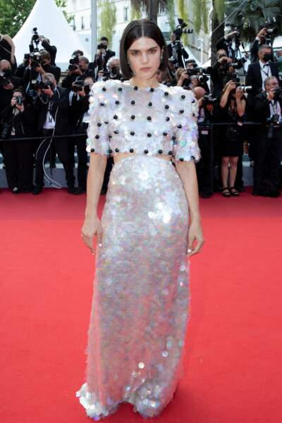 """Soko a fait sensation dans une robe ultra-pailletée Gucci pour la montée des marches du film """"Annette"""" lors de la cérémonie d'ouverture du 74ème Festival International du Film de Cannes, le 6 juillet 2021"""