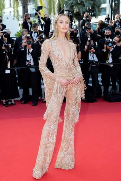 """Candice Swanepoel a opté pour un look sexy en combinaison Etro pour la montée des marches du film """"Annette"""" lors de la cérémonie d'ouverture du 74ème Festival International du Film de Cannes, le 6 juillet 2021"""
