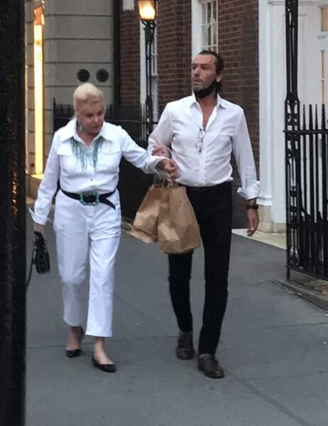 Ivana Trump promène son chien. Elle semble à nouveau proche de son playboy italien Rossano Rubicondi, dans les rues de New York, le 4 juillet 2021.