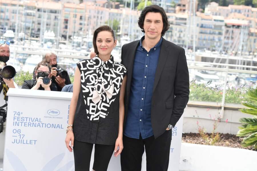 """Marion Cotillard et Adam Driver avant la projection du film """"Annette"""", lors du 74ème festival international du film de Cannes, le 6 juillet 2021"""