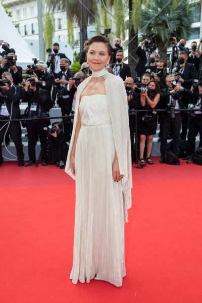 """Maggie Gyllenhaal en robe Celine pour la montée des marches du film """"Annette"""" lors de la cérémonie d'ouverture du 74ème Festival International du Film de Cannes, le 6 juillet 2021"""