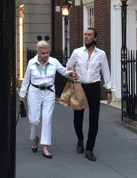 Ivana Trump à nouveau proche de  Rossano Rubicondi ? Dans les rues de New York, le couple promène le chien d'Ivana, le 4 juillet 2021.