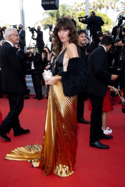 """Une fois encore, Lou Doillon a choisi sur un look rock et glamour pour la montée des marches du film """"Annette"""" lors de la cérémonie d'ouverture du 74ème Festival International du Film de Cannes, le 6 juillet 2021"""