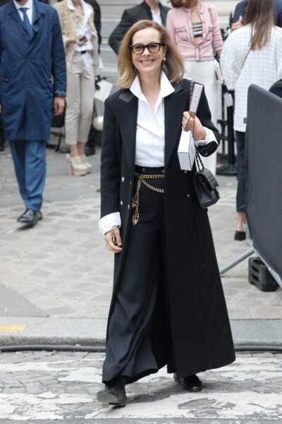 Carole Bouquet aux couleurs de Chanel pour assister au défilé Haute Couuture