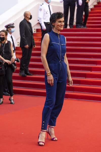 """Clotilde Hesme a opté pour une combinaison bleu roi pour la montée des marches du film """"Annette"""" lors de la cérémonie d'ouverture du 74ème Festival International du Film de Cannes, le 6 juillet 2021"""