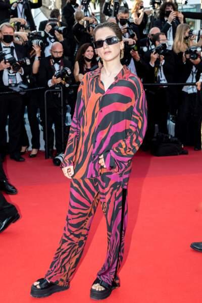 """Aloïse Sauvage a misé sur un look original, tout en imprimé animal, pour la montée des marches du film """"Annette"""" lors de la cérémonie d'ouverture du 74ème Festival International du Film de Cannes, le 6 juillet 2021"""