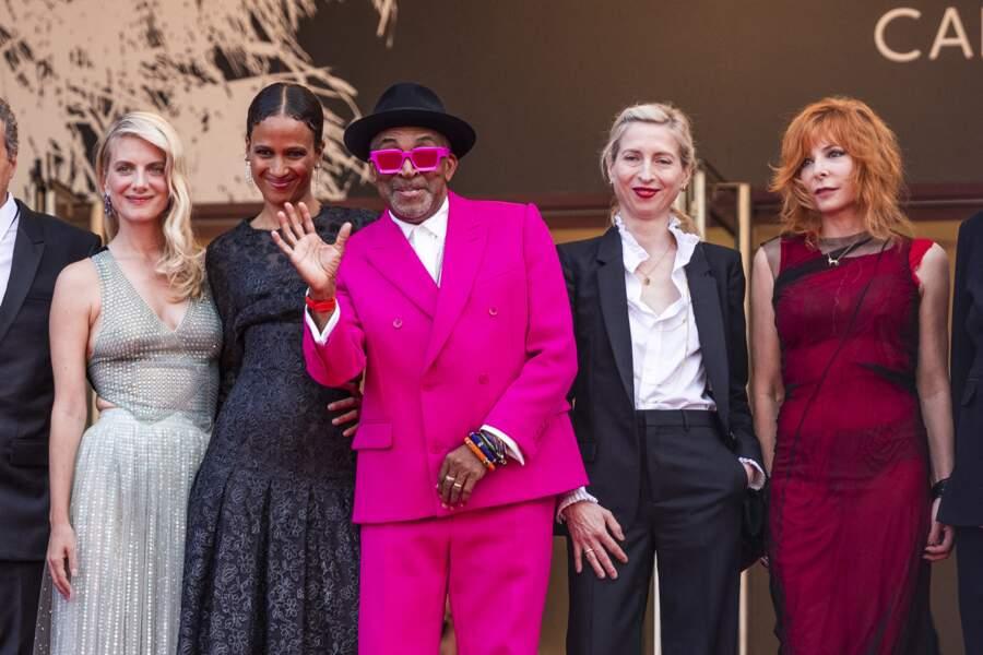 """Mélanie Laurent, Mati Diop, Spike Lee, Jessica Hausner et Mylène Farmer en haut des marches pour le film """"Annette"""" lors de la cérémonie d'ouverture du 74ème Festival International du Film de Cannes, le 6 juillet 2021"""