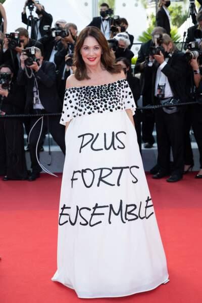 """Iris Berben a choisi de faire passer un message à travers sa tenue pour la montée des marches du film """"Annette"""" lors de la cérémonie d'ouverture du 74ème Festival International du Film de Cannes, le 6 juillet 2021"""
