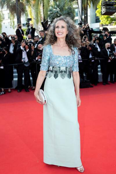 """Andie MacDowell pour la montée des marches du film """"Annette"""" lors de la cérémonie d'ouverture du 74ème Festival International du Film de Cannes, le 6 juillet 2021"""