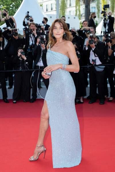 Pour sa montée des marches le 6 juillet 2021, Carla Bruni a misé sur une tenue chic et glamour en robe pailletée Celine par Hedi Slimane.