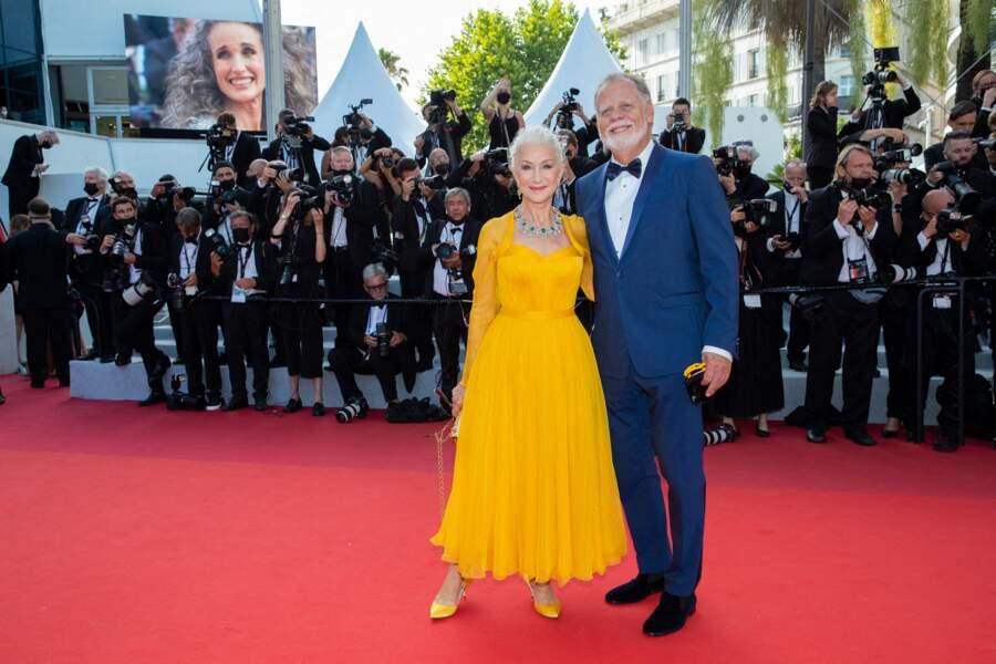 """Helen Mirren et son mari Taylor Hackford montent les marches pour le film """"Annette"""", lors de la cérémonie d'ouverture du 74ème Festival International du Film de Cannes, le 6 juillet 2021"""