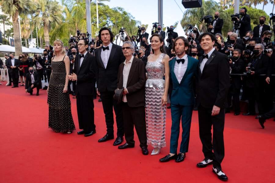 """Angele, Ron Mael, Adam Driver, Leos Carax, Marion Cotillard, Simon Helberg et Russell Mael pour la montée des marches du film """"Annette"""" lors de la cérémonie d'ouverture du 74ème Festival International du Film de Cannes, le 6 juillet 2021"""