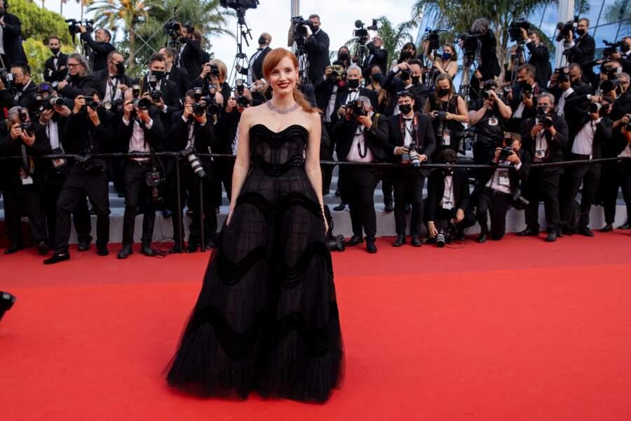 """Jessica Chastain était somptueuse en robe bustier Dior pour la montée des marches du film """"Annette"""" lors de la cérémonie d'ouverture du 74ème Festival International du Film de Cannes, le 6 juillet 2021"""