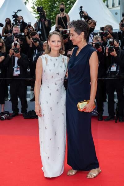 """Jodie Foster était ravissante en robe longue Givenchy, au côté de son épouse Alexandra Hedison, pour la montée des marches du film """"Annette"""" lors de la cérémonie d'ouverture du 74ème Festival International du Film de Cannes, le 6 juillet 2021"""