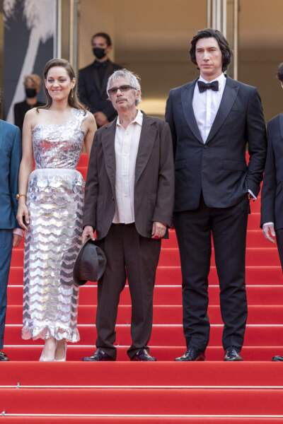 """Marion Cotillard, Leos Carax et Adam Driver ont posé en haut des des marches pour le film """"Annette"""" lors de la cérémonie d'ouverture du 74ème Festival International du Film de Cannes, le 6 juillet 2021"""