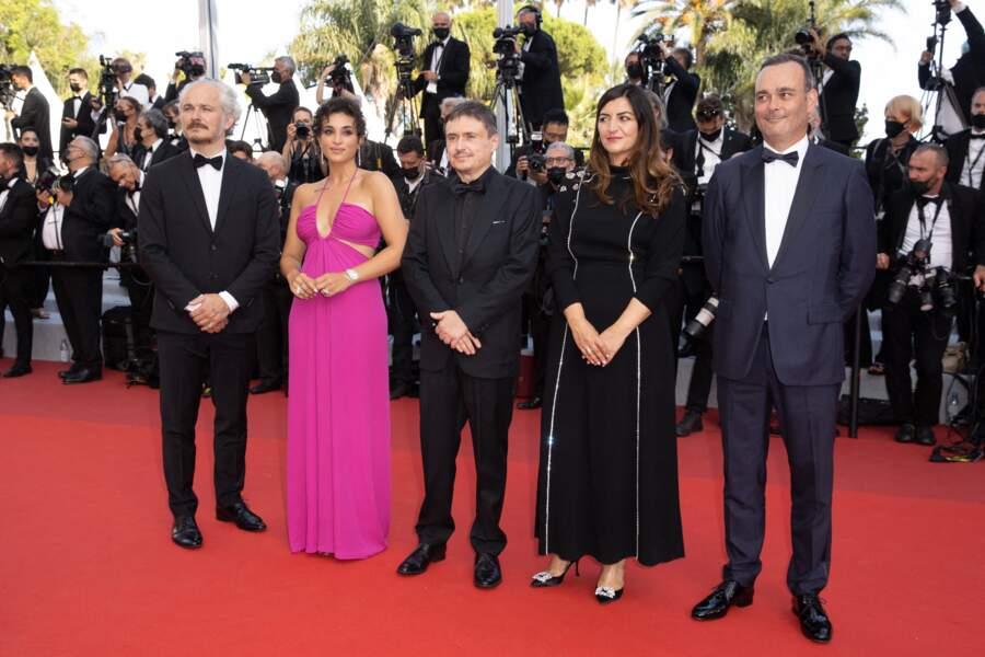 """Karel Och, Camélia Jordana, Cristian Mungiu, Didar Domehri et Michel Merkt (Jury de la Semaine de la Critique), prennent la pose avnat la montée des marches du film """"Annette"""" lors de la cérémonie d'ouverture du 74ème Festival International du Film de Cannes, le 6 juillet 2021"""